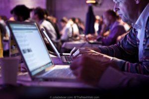 tłumacz przy laptopie czyli komputerze